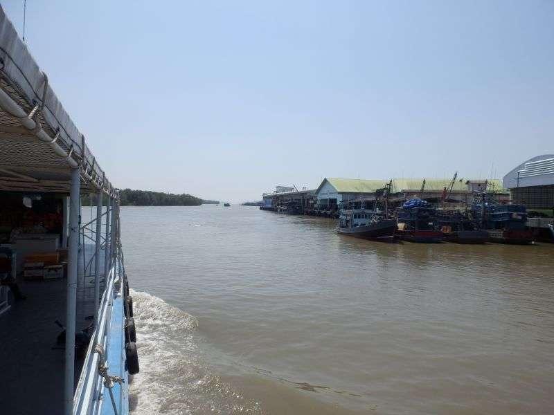 Abfahrt vom Pier durch den Fischereihafen